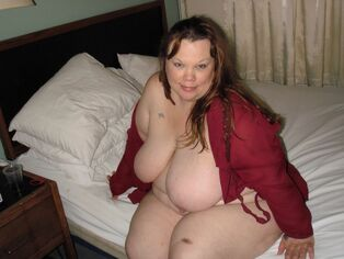 Buxom Plumper  stripping and demonstrate her ginormous..